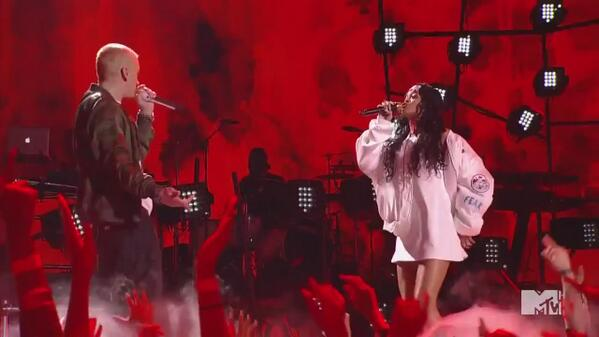 BlJk6YnCcAEmGJ4 Eminem & Rihanna – The Monster (Live At 2014 MTV Movie Awards) (Video)